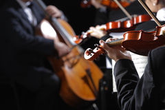古典音乐。音乐会的小提琴手 免版税库存图片