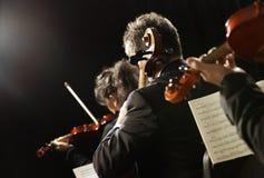 古典音乐。 音乐会的小提琴手 免版税库存照片