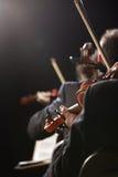 古典音乐。 音乐会的小提琴手 库存照片