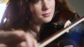 古典音乐,使用在无意识而不停地拨弄的惊人的妇女音乐会在晚上娱乐 股票录像