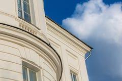 古典主义样式白色房子片段 免版税图库摄影