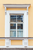 古典建筑细节、黄色墙壁和窗口 免版税库存图片