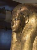 从古埃及的被镀金的木妈咪棺材盒盖 库存图片