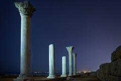 古城专栏废墟在夜空下 免版税图库摄影