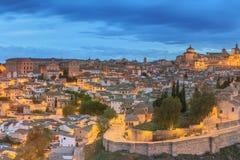 古城和城堡全景在小山在塔霍河,卡斯蒂利亚la Mancha,托莱多,西班牙 免版税库存照片