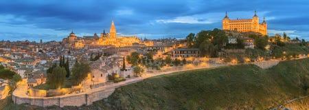 古城和城堡全景在小山在塔霍河,卡斯蒂利亚la Mancha,托莱多,西班牙 库存图片