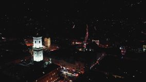 古城的冬天全景 乌克兰利沃夫州市,城镇厅 老大厦屋顶  免版税库存照片