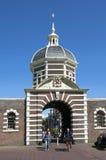 古城的游人在莱顿给Morspoort装门 免版税库存照片