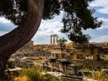 古城科林斯湾和阿波罗教堂废墟在平静的白天的射击 免版税图库摄影