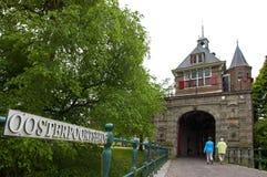 古城荷恩门Oosterpoort和桥梁  库存照片