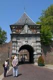 古城门Veerpoort和资深观光者 库存照片