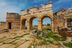 古城,在棉花堡,土耳其附近的希拉波利斯废墟  免版税图库摄影