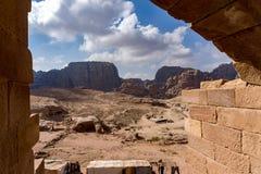古墓,从另一个坟茔入口的约旦看法在Petra的 免版税图库摄影
