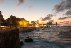 古巴人在哈瓦那, C冥想在著名malecon的日落 免版税库存图片