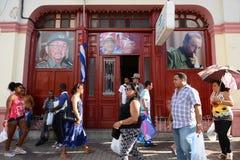 古巴人,在圣地亚哥的街道生活 库存照片