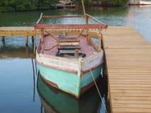 古巴小船被栓对船坞 库存图片