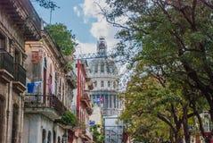 古巴标志 Capitolio Nacional,在距离的El Capitolio在一条传统街道的背景 哈瓦那 古巴 免版税库存照片