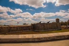 古巴的旗子反对天空的在堡垒墙壁 圣萨尔瓦多de la蓬塔老殖民地城堡  哈瓦那 古巴 免版税图库摄影