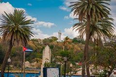 古巴耶稣基督旗子和雕象俯视港和哈瓦那的海湾小山的 免版税库存图片