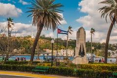 古巴耶稣基督旗子和雕象俯视港和哈瓦那的海湾小山的 库存照片