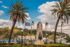 古巴耶稣基督旗子和雕象俯视港和哈瓦那的海湾小山的 库存图片
