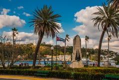 古巴耶稣基督旗子和雕象俯视港和哈瓦那的海湾小山的 免版税库存照片