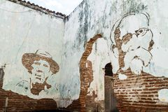 古巴英雄卡米洛・西恩富戈斯和马克西莫・戈麦斯画象老墙壁的在卡马圭,古芝 库存照片