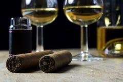 古巴雪茄,瓶和两杯威士忌酒和轻,在ol 库存照片