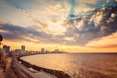古巴,哈瓦那,堤防Malecon,引人入胜的cloudscape,地平线,日落 库存照片