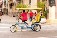 古巴,哈瓦那- 2017年5月5日:乘客自行车出租汽车 复制文本的空间 免版税库存照片