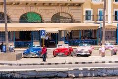 古巴,哈瓦那- 2017年5月5日:在停车场的美国多彩多姿的减速火箭的汽车 复制文本的空间 库存图片