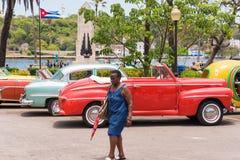 古巴,哈瓦那- 2017年5月5日:在停车场的美国多彩多姿的减速火箭的汽车 复制文本的空间 免版税库存图片