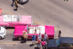 古巴,哈瓦那- 2017年5月5日:在停车场的美国桃红色减速火箭的汽车 复制文本的空间 顶视图 库存图片