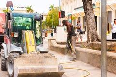 古巴,哈瓦那- 2017年5月5日:在哈瓦那街道上的一名路工作者 复制空间 免版税库存图片