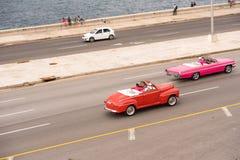 古巴,哈瓦那- 2017年5月5日:在城市的江边的美国减速火箭的汽车 复制文本的空间 免版税库存照片