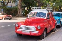 古巴,哈瓦那- 2017年5月5日:在城市的美国红色减速火箭的敞蓬车 免版税库存图片