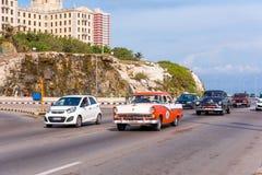 古巴,哈瓦那- 2017年5月5日:在城市的街道上的美国减速火箭的汽车 复制文本的空间 图库摄影