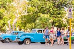 古巴,哈瓦那- 2017年5月5日:在城市街道上的一辆蓝色美国减速火箭的汽车 复制文本的空间 图库摄影