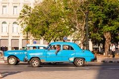 古巴,哈瓦那- 2017年5月5日:在城市街道上的一辆蓝色美国减速火箭的汽车 复制文本的空间 免版税图库摄影