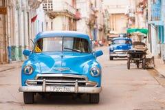 古巴,哈瓦那- 2017年5月5日:在城市街道上的一辆蓝色美国减速火箭的汽车 文本的ï ¿ ½ opy空间 免版税库存照片
