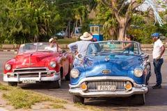 古巴,哈瓦那- 2017年5月5日:在城市街道上的美国减速火箭敞蓬车 库存图片