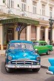 古巴,哈瓦那- 2017年5月5日:在城市街道上的美国减速火箭的汽车 垂直 免版税图库摄影