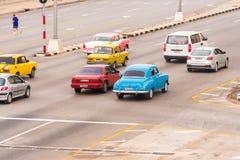 古巴,哈瓦那- 2017年5月5日:在城市街道上的美国减速火箭的汽车 复制文本的空间 图库摄影