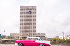 古巴,哈瓦那- 2017年5月5日:在城市街道上的美国减速火箭的汽车 复制文本的空间 免版税库存照片