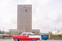 古巴,哈瓦那- 2017年5月5日:在城市街道上的美国减速火箭的汽车 复制文本的空间 免版税图库摄影