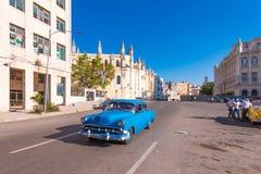 古巴,哈瓦那- 2017年5月5日:在城市街道上的美国减速火箭的汽车 复制文本的空间 库存图片