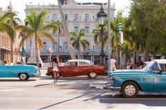 古巴,哈瓦那- 2017年5月5日:在城市街道上的美国多彩多姿的减速火箭的汽车 复制文本的空间 库存照片