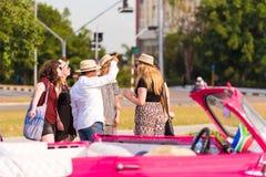 古巴,哈瓦那- 2017年5月5日:在城市街道上的美国桃红色减速火箭的敞蓬车 特写镜头 免版税库存图片