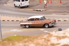 古巴,哈瓦那- 2017年5月5日:在城市街道上的美国棕色减速火箭的汽车 复制文本的空间 图库摄影