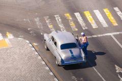 古巴,哈瓦那- 2017年5月5日:在城市街道上的美国灰色减速火箭的汽车 复制文本的空间 顶视图 库存图片